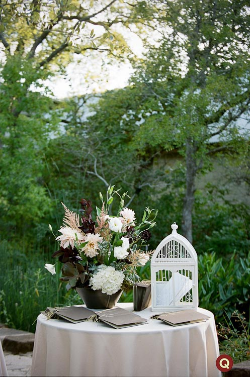 entry_table_with_flowers_for_wedding